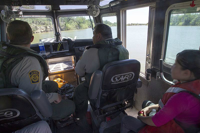 ninos separados de su familia en la frontera trump tolerancia cero Border Patrol Riverine Unit Rescues Child Stranded on Rio Grande River Bank (11999043305)